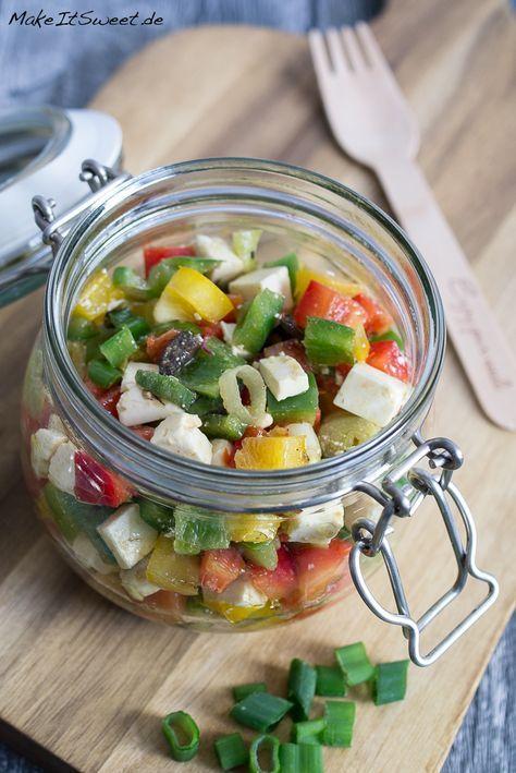 Ein griechischer Paprikasalat mit Feta, Oliven und einem Zitronen-Olivenöl-Dressing im Glas. Eine leckeres Salat im Glas Rezept. Ideal zum Vorbereiten und Mitnehmen als Mittagessen oder zum Picknick.