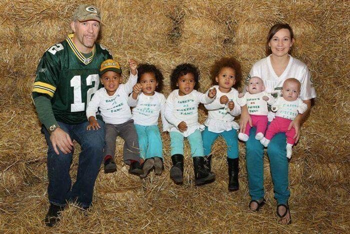 Семья растит три пары близнецов, и все дети родились в один день.