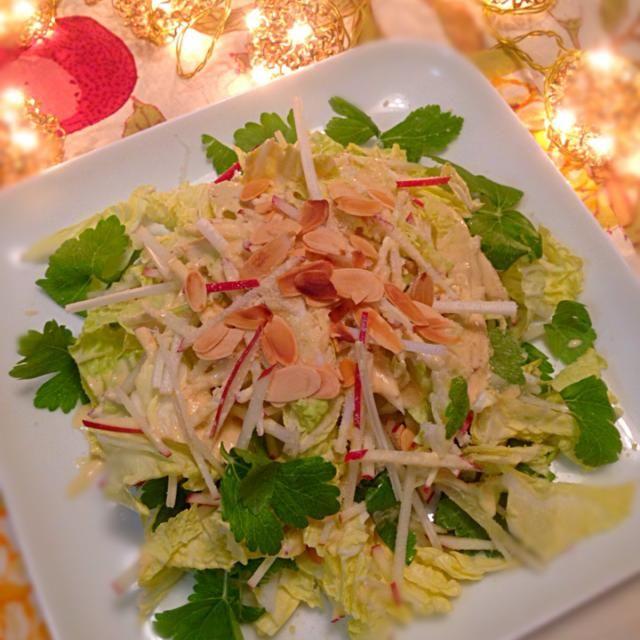 大好きな無国籍料理キハチのサラダをレシピを参考に作ってみました〜♪( ´▽`)  このサラダは最高 partyにおもてなし用に☝️Xmasにもピッタリ このシーザードレッシングがまたメッチャ美味い っとすっかり気に入りペロリ完食  ホワイトセロリも最高〜〜 - 141件のもぐもぐ - 無国籍料理キハチのレシピから☝️白菜とリンゴのシーザーサラダ by whalersvill48