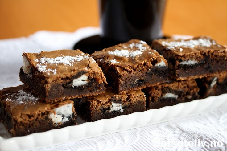 """Her har du en HELT FANTASTISK oppskrift på """"Brownies"""", som inneholder biter av Oreo-kjeks i deigen (se tips). Oppskriften er til liten langpanne."""