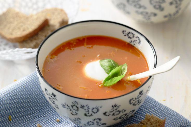 Een verrassend frisse tomatensoep, doordat je de zeste en het sap van 1 appelsien toevoegt. De Griekse yoghurt zorgt voor een romig maar niet zwaar ef...