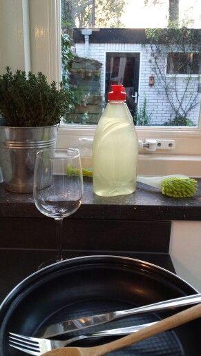 AFWASMIDDEL ☆ Benodigdheden: - bodempje bio-afwasmiddel - 1 flinke soeplepel soda - 3 eetlepels natriumbicarbonaat - 1,5 liter heet water - sap van 1 citroen ¤ Bereiding: Los alle ingrediënten m.u.v. het afwasmiddel op in het hete water en meng het goed. Laat het mengsel afkoelen. Doe een bodempje afwasmiddel in een lege fles en vul de fles verder aan met het afgekoelde mengsel. Schud de fles goed.