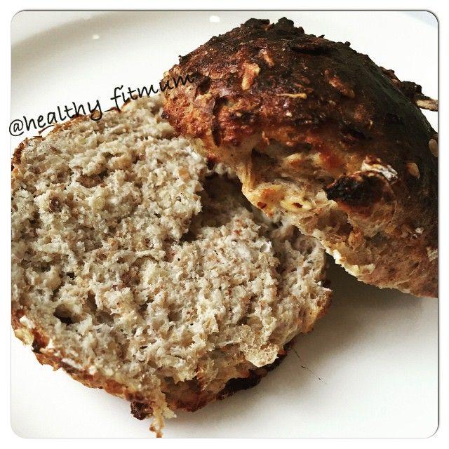 Mini pão proteico - 1 1/2 colher de sopa de ração humana ou outra farinha do bem - 1/2 colher de sopa de aveia (uso sem glúten) - 1 colher de chá de iogurte natural - 1 colher de chá de whey de baunilha ou de leite em pó - 1 colher de chá de fermento em pó - 1 clara Uma pitada de sal e de adoçante Mistura tudo com a mão e faz uma bolinha. Coloca no papel manteiga para não grudar. Coloca no forno há 180 graus por 15 a 20 min. Fica bem macio. Parece o comprado. O sabor muito bom. Super indico…