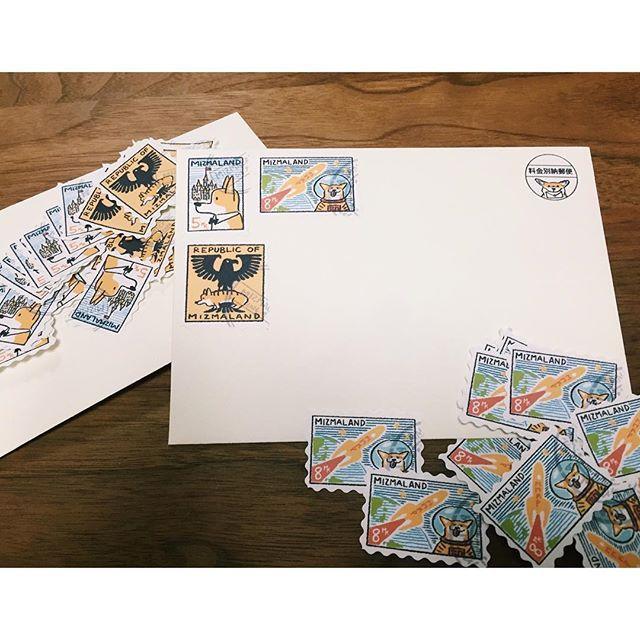 * 招待状郵送に向けて せっせと進めています…! * 切手と料金別納郵便、 迷いましたが料金別納郵便にします! でもでも〜〜 海外の何種類も切手が貼ってある封筒に憧れるわたし。 と、いうことで作っちゃいました! * 海外の水彩風なボタニカルな感じが好きなのですが もう、ここまできたらコーギーコーギーコーギー笑 というか夫にお願いしたらコーギーに…笑 ラベルに印刷してクラフトハサミで作成! なんちゃって切手〜〜♡ 料金別納は右上に決まってるから このなんちゃって切手を左上に貼ることで なんだかバランスがとれてる!? * 子供の頃の郵便屋さんごっこみたい♡ 消印まで描いてくれた夫に感謝♡ * #プレ花嫁 #結婚式準備 #2016awd #2016秋婚 #結婚式招待状 #招待状 #招待状手作り #ウェディングペーパーアイテム #結婚式小物 #プレ花嫁diy#ウェディングdiy #オリジナルアイテム #corgi #weddingpaper #料金別納郵便 #なんちゃって切手
