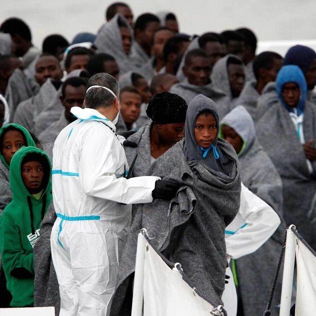 Migranti soccorsi dalla guardia costiera italiana al largo delle coste libiche arrivano al porto di Catania, in Sicilia