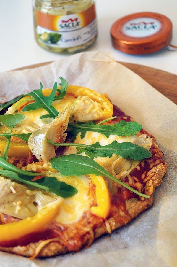 vegetarische pizza met artisjok, paprika, rucola en mozzarella
