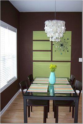 Los cuadros verdes están pintados en la pared y funcionan como arte cuando se unen a un accesorio como el de la foto