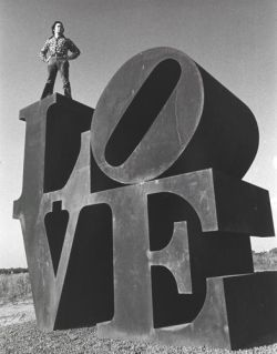 """Знаменитой работе """"LOVE"""" американского художника Роберта Индианы в этом году исполняется 50 лет.  Русский музей  посчитал, что дата достойна выставки, а весна - самое время, когда любовь должна поселиться в его залах..."""