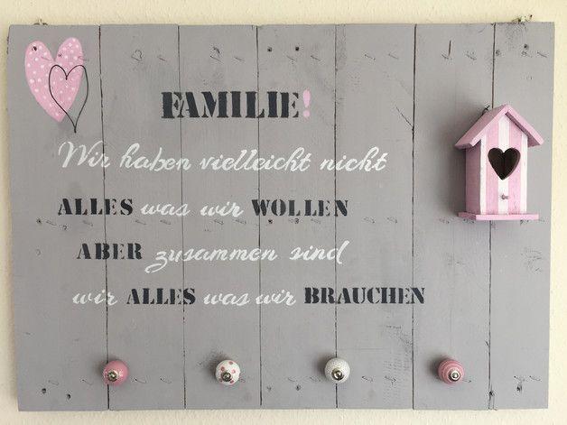 """""""Familie"""" - wunderschöner, trendiger Hingucker im aktuellen """"Shabby Look"""" auf einer Holzpalette gestaltet. Durch die witzigen Keramikknöpfe auch als kleine Garderobe/Hakenleiste für den..."""