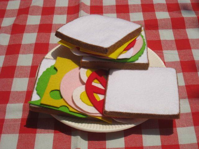 「サンドイッチの絵本」フェルトで出来たサンドイッチのじのない絵本です。 一人目が小さいときに作ったものをお手本に、もう一度作リなおした、食育絵本です。 二人目も好きらしく作っている途中で何度も具材が紛失しました。 何度も作って、もぐもぐ食べるまねをします。 型紙2に、アボカド・シュリンプを追加しました。 型紙3に、ベーコンとサーモンを追加しました。[材料]フェルト/糸 各色