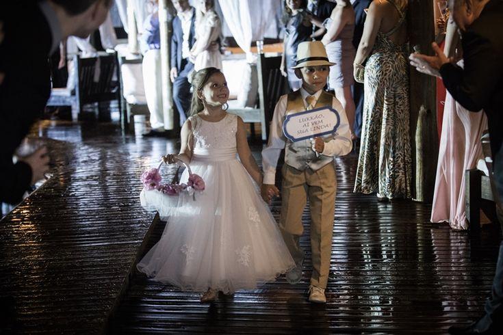 Uma outra opção é fazer com que as crianças entrem com itens diferentes, seja com as placas personalizadas ou até mesmo com a tradicional cesta de flor - Foto Iko Eventos