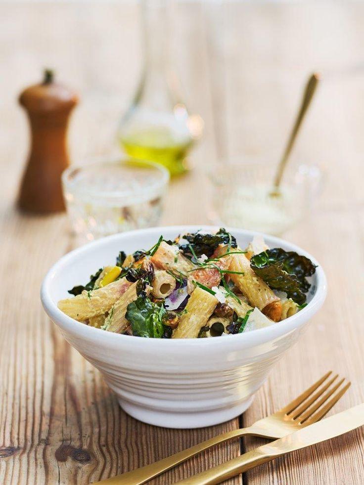 Barilla Tortiglioni med smörstekta morötter, krispiga svartkålschips och ugnsrostade nötter. Detta vegetariska recept med pasta är sprängfylld av smaker!
