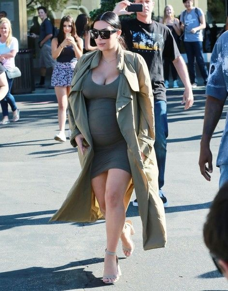 Kim Kardashian Photos Photos - Pregnant reality star Kim Kardashian and her rapper husband Kanye West are spotted enjoying a movie date in Thousand Oaks, California on October 7, 2015. Kanye is enjoying some quality time with his family after recently returning from Paris Fashion Week. - Pregnant Kim Kardashian