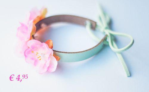het knotbandjes, van een saaie knot tover je met dit knot bandje een zomerse hippe knot. https://www.hipenhaar.nl/haaraccessoire/mint-groen-knot-bandje-met-bloemen/  #knot #hairstyle #haarknot #updo #haaraccessoires #bandjes #haarbandje #festival #festivalbandjes #ibizastyle