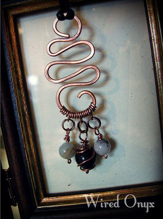 Pendente in rame martellato con perline di amazzonite di WiredOnyx