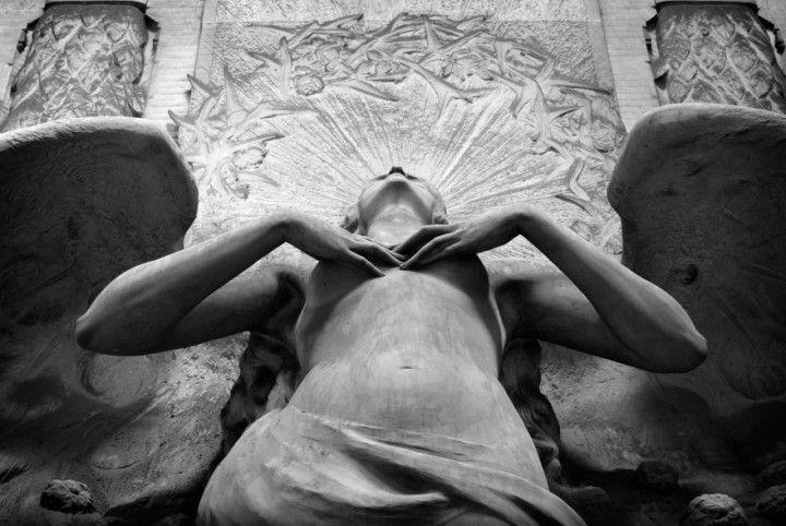 Uno degli angeli nel Cimitero Monumentale di Staglieno, Genova  sculture-incredibili-001