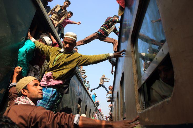 Vincitrice della categoria Viaggio. Alla fine del Biswa Iztema, il secondo più grande pellegrinaggio musulmano del mondo a Tongi, in Bangladesh. - (Noor Ahmed Gelal, Sipa contest)