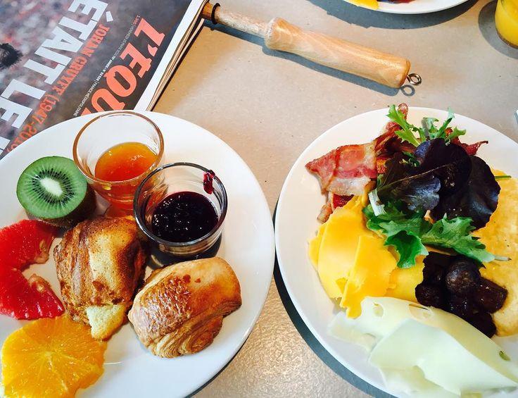En güzel mutfak paylaşımları için kanalımıza abone olunuz. http://www.kadinika.com Fransız'ımsı kahvaltı  Patisserie'nin fransadaki kahvaltı konsepti olduğunu biliriz. Ya bir crossaint(kruvasan) ile kahve  yada baget ekmeğinde bir sandviç ile güne başlıyorlar.  Ee tabi bu fransızların kahvaltısı biz misafirler biraz daha uzun yapmak için lyon mama sheltere geldik.  Fransız kahvaltısının tüm özelliklerini gösterir nitelikte. Tuzlularda cheddar ve bacon tatlılarda ev yapımı marmelatlar…