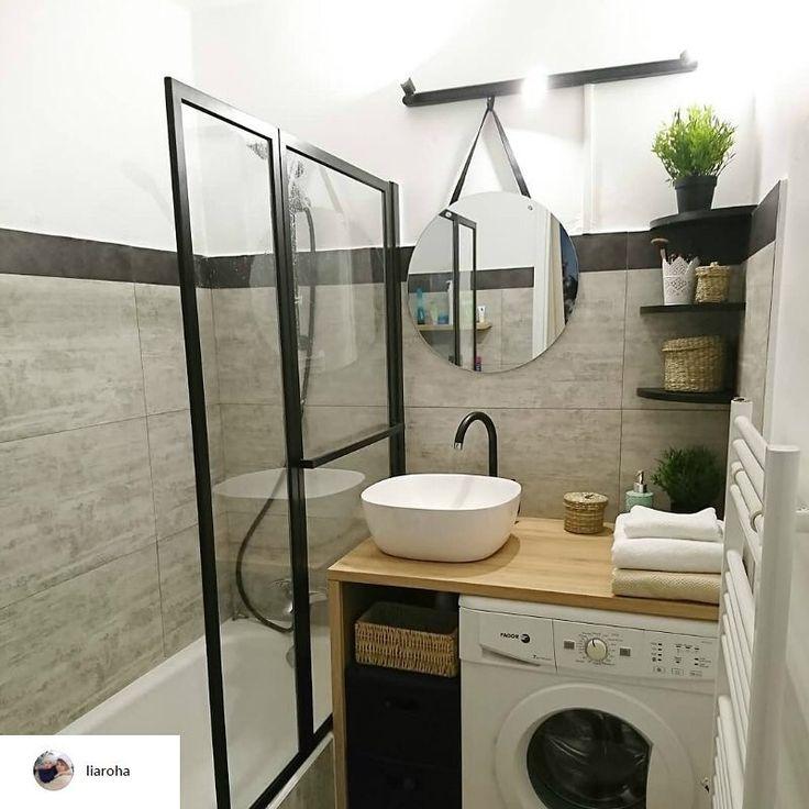 @liaroha où la salle de bains se veut un espace aussi pratique que design. Son astuce ? Un plan de travail pour cuisine effet chêne afin de poser la vasque et de placer une machine à laver