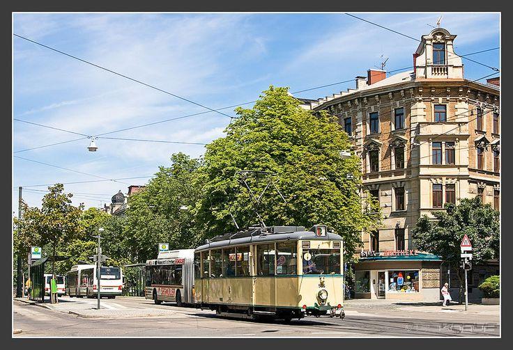 https://flic.kr/p/puLdst   KSW 506, Augsburg, 29.Juli 2009   Kriegsstraßenbahnwagen (KSW) 506 am  Theodor Heuss Platz in Augsburg