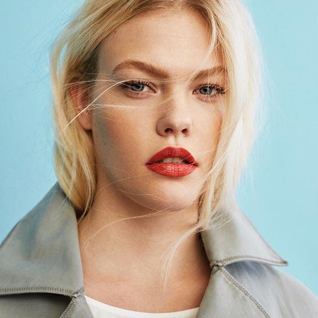 No hay nada que suba el ánimo como un buen rouge de labios @violetabymango #trendencias #violetabymango #moda #fashion #belleza #beauty #makeup #maquillaje #lips #pintalabios #blonde #makeup