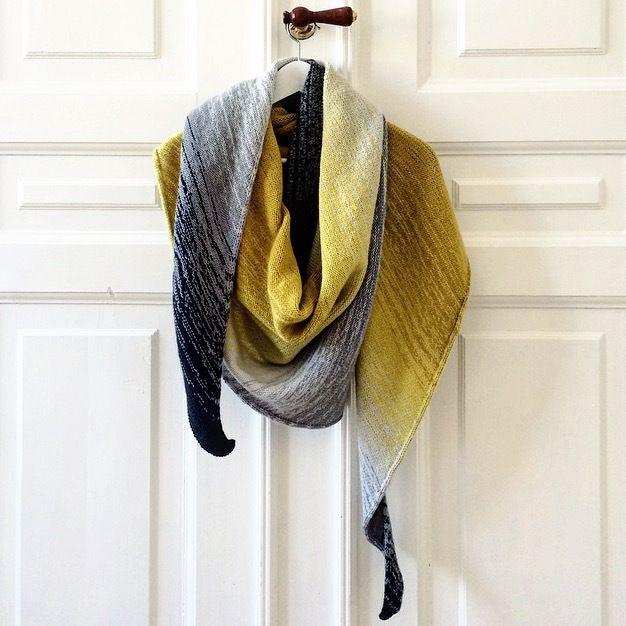 Stort og dejligt sjal med fine detaljer. Sjalet er asymmetrisk og har et smukt farveforløb i dip dye teknik, der giver uendelige muligheder for far...