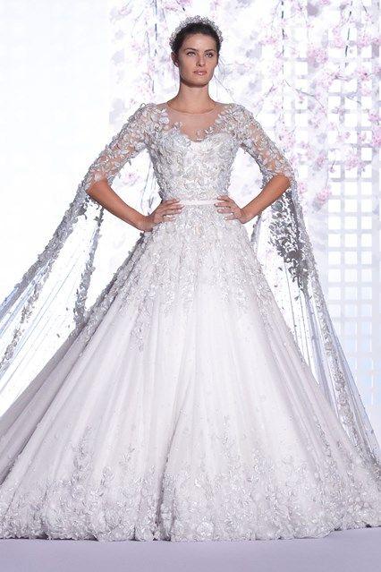 Vestido de noiva Ralph and Russo desfilado por Isabeli Fontana. O diferencial deste vestido são as mangas que são longas caudas, acompanhando o movimento da saia.