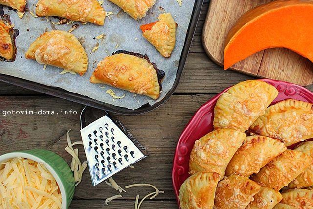 ПИРОЖКИ С ТЫКВОЙ ИЗ ЗАВАРНОГО ТЕСТА / PUMPKIN PIES WITH CHOUX TEST.                                                                                 Заварное тесто для этих пирожков делается быстро и легко. Особых кулинарных способностей не понадобится. Простые продукты — простой рецепт. Можно делать и с другими овощами, мясом и даже с фруктами, только добавив в тесто сахар.