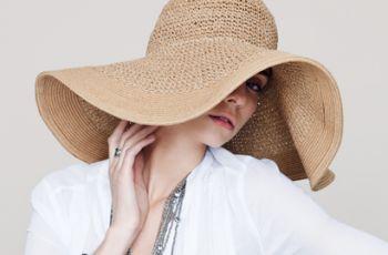 """kapelusz - modny i wygodny i dla zdrowia i dla look'u, dla mnie ma """"stajla"""" nosze bo lubię, modne wakacje tylko w kapeluszu , ale nawet na piesze wędrówki po Santorini, albo rowerowe to kapelusz jak najbardziej wzrok będzie przyciągał innych turystów i może się do mnie uśmiechną ::)"""