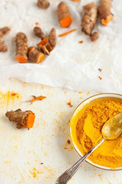 Ecco la potente ricetta: Mescola 1/4 di cucchiaino di curcuma in polvere con 1/2 cucchiaino di olio d'oliva e un pizzico generoso di pepe nero. Amalgama questi tre ingredienti in una tazza e consuma questa miscela da sola oppure aggiungila ai tuoi piatti principali