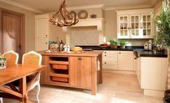 Mooie landelijke keuken met een warme beige natuursteen vloer van Nibo Stone