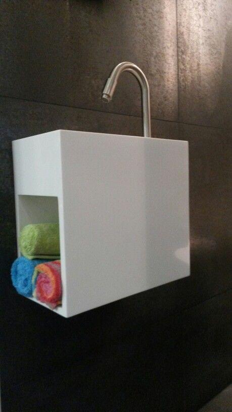 (Welbie Sanitair) Moderne fontein van Luca in Solid Surface, met open schap voor handdoekjes of reserverol. Een mooi item voor uw toilet. Meer te vinden op www.welbie.nl