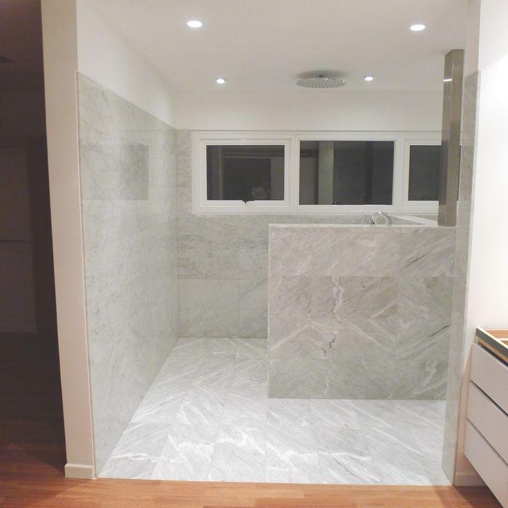 Muros blancos, ventanales, carpinterías color natural. Para el piso se seleccionó  cerámica de gran formato, en un acabado gris mate, elemento de continuidad espacial para su uso diario y mínimo mantenimiento.
