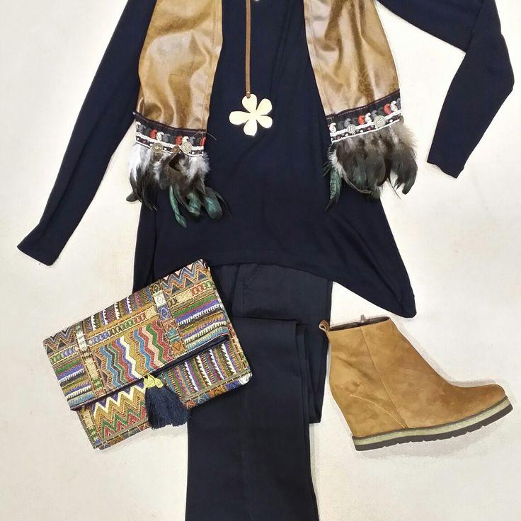 LOOK GIPSY ! Pantalón Naf Naf de algodón. Camiseta negra de Alba Conde. Chaleco con detalles étnicos. Botines camel con cuña oculta. Completa este look con un collar sesentero y una cartera multicolor. TODOS LOS ARTÍCULOS ESTÁN REBAJADOS !