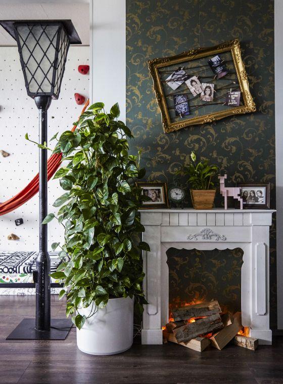 Kirpputorilöydöt ja perhekuvat tuovat lämmintä tunnelmaa moderniin kotiin