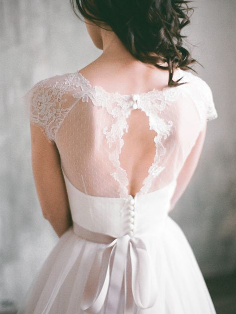 Wunderschönes Hochzeitskleid in naturweiß mit zartem Schweizer Tüll. Gibt's bei Etsy.