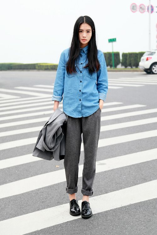 I love people who can pull off a middle part, first of all. But secondly I love the proportions in this look and how it is built off of solid, staple colors. The shirt dips a little bit down past her waist, but the look isn't too weighty by the styling of her pants. I wonder how it would look with a broad plaid shirt in dark hunger green?