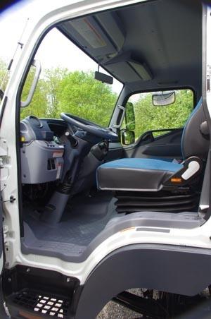 """Tutti i sedili sono dotati di poggiatesta. Il sedile del conducente, regolabile anche in altezza, dispone di supporto lombare (anche questo regolabile) di serie. A richiesta si può ottenere il sedile tipo Comfort a sospensione meccanica e bracciolo. La seduta centrale del sedile doppio del passeggero dispone di poggia testa """"a telaio"""", per favorire la visibilità posteriore. Escamotage che ritroviamo anche ne i sedili posteriori della versione a doppia cabina."""