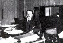 """François Joseph Charles Simiand, né le 18 avril 1873 à Gières (Isère) et décédé le 13 avril 1935 à Saint-Raphaël (Var), est un sociologue, historien et économiste français. Il est considéré comme l'un des fondateurs de l'école sociologique française. En 1933, son essai Monnaie et réalité sociale défend une vision nominaliste de la monnaie:  """"La monnaie n'est plus qu'une création de l'opinion et la décision de l'État ne fait que renforcer celle-ci. Ainsi toute monnaie est fiduciaire..."""""""