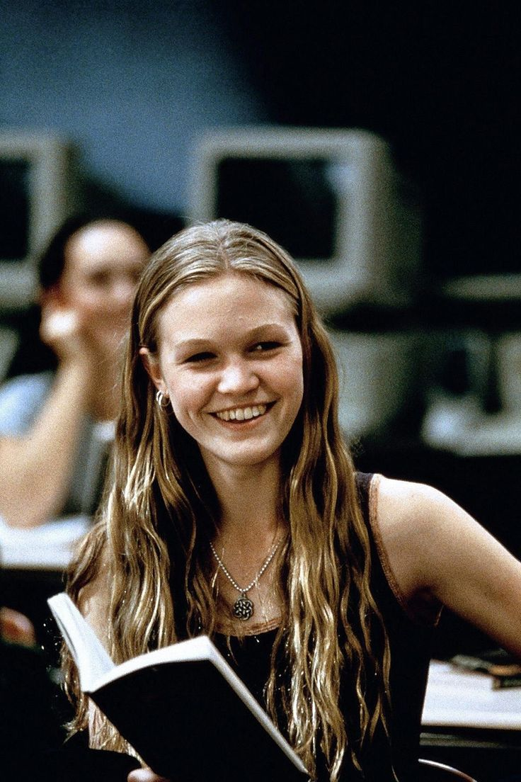Julia Stiles, as Kat Stratford, reading in 10 Things I Hate About You (1999). I have always wanted her hair.
