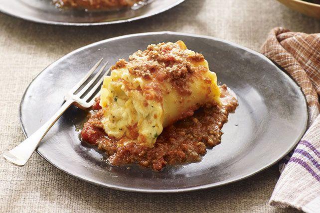 Ce plat de pâtes au four est une nouvelle variante de la lasagne. Il suffit d'étaler sur les lasagnes les ingrédients traditionnels – dont le bœuf haché, la sauce pour pâtes et le fromage crémeux –, puis d'en faire des rouleaux et de les enfourner jusqu'à ce que la sauce bouillonne.