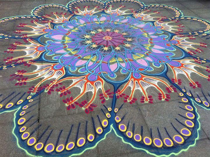 un artiste magnifie les rues en dessinant dhypnotisantes fresques phmres avec du sable color - Dessin Sable Color
