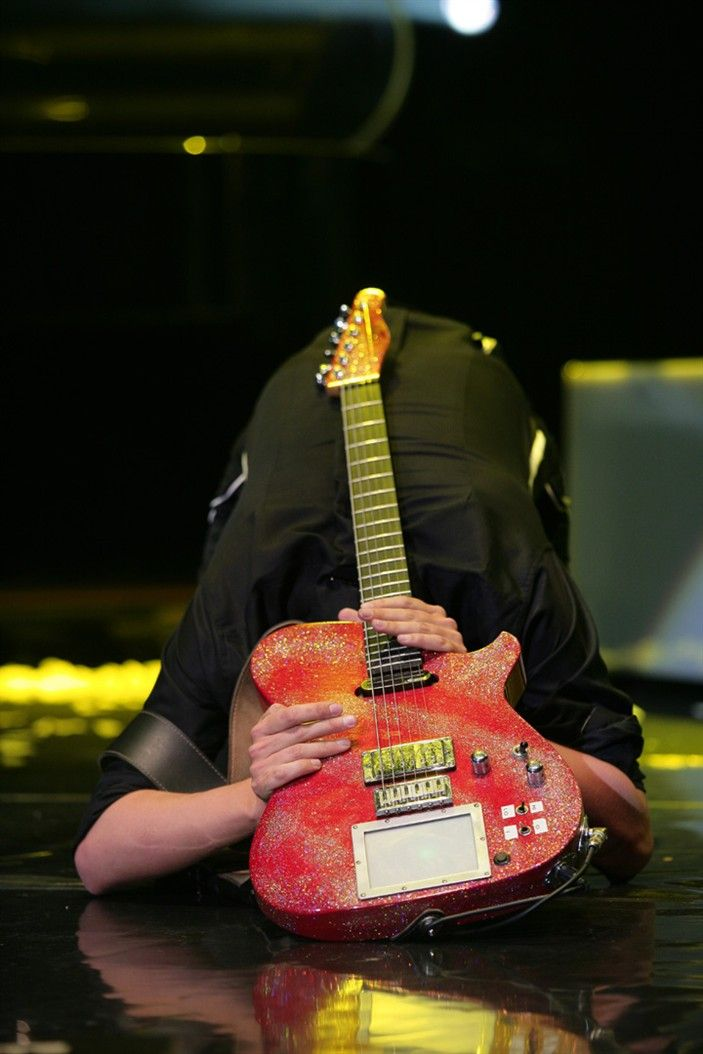 Matthew Bellamy has a moment with his guitarBellamy Muse, Matte Bellamy, Heroes Matte, Matthew Bellamy, Guitar Heroes, Glitter Time, Beautiful People, James Bellamy, Favorite Guitarist