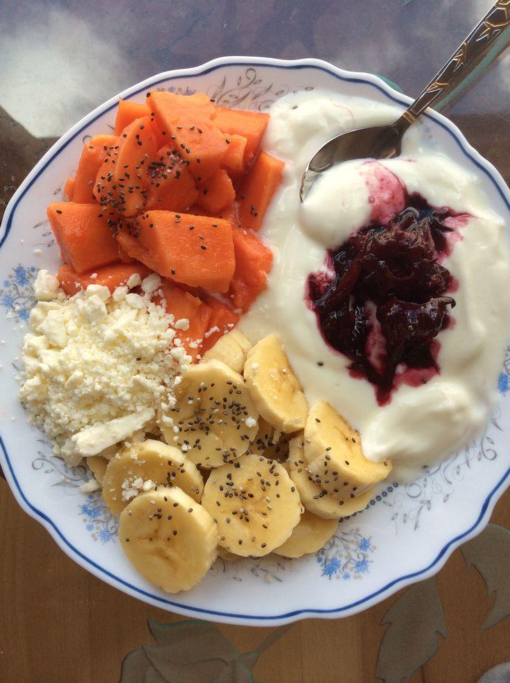 Yogurt Griego, rodajitas de banano, papaya, queso feta, mermelada de Flor de Jamaica y semillas de Chia! Un súper desayuno saludable