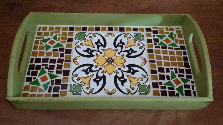Peça em MDF. Aplicação de pastilhas de vidro em mosaico. Azulejo português. Peça única.