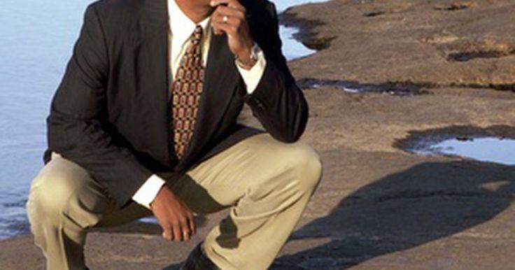 """Saco sport versus blazer. La moda para los hombres no es tan sencilla como parece. Un hombre bien vestido debe respetar ciertas reglas de moda para asegurarse de lograr la imagen apropiada. El viejo dicho """"el hábito hace al monje"""" es todavía válido para el mundo actual de la ropa informal. Hay dos prendas de la moda masculina que a menudo se confunden o usan de manera ..."""