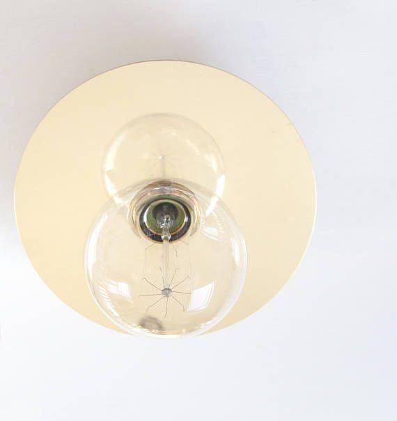 Messing von Kopf bis Fuß dies ein elegantes Stück, erinnert an Art-Deco-Design. Die große 200mm Scheibe bounce das Licht zurück, hinter der Lampe zu schweben scheint. Dieses Licht kann auch Verwendung als Deckenleuchte * Messing Metall Rose ist 85mm im Durchmesser. Von Wand/Decke bis
