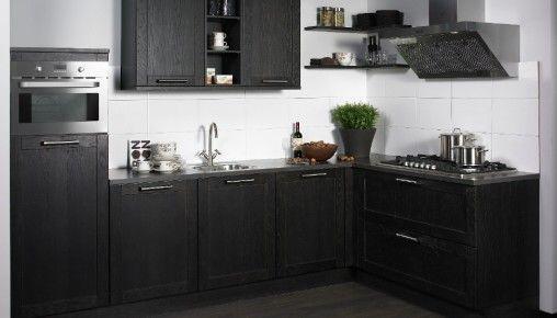 Donker gekleurde keukenkasten hoekkeuken