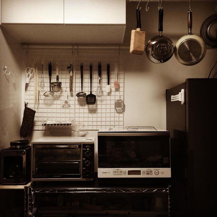・ 小さなキッチンは壁掛け収納で。 ・ 衛生面若干気になるけれど… スペース有効活用できるし、 洗った後そのまま乾燥できるし。 一石二鳥ということで! ・ ダイソー様様🙏🏻✨ ・ 楽しくなってきた金曜日の夜🌙 ・ ・ #キッチン #壁掛け収納 #ダイソー #つっぱり棒 #ワイヤーネット #フック #結束バンド #簡単DIY #目指せ森泉 笑。#一人暮らし