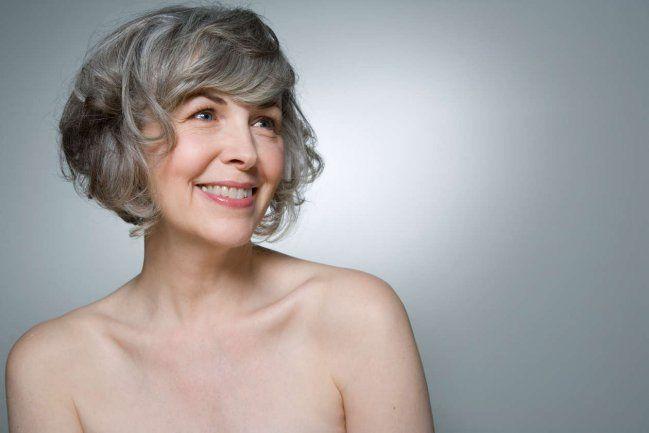 Mujer con cabello canoso